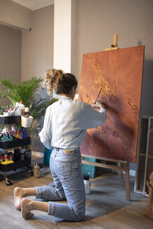 Young woman painting in her atelier - GRSF00072