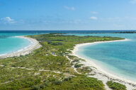 USA, Florida, Florida Keys, Dry Tortugas National Park, Fort Jefferson, White sand beach in turquoise waters - RUNF01019
