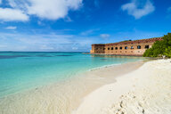 USA, Florida, Florida Keys, Dry Tortugas National Park, White sand beach and turquoise waters before Fort Jefferson - RUNF01028
