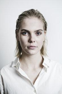 Junge Frau mit nassen Haaren und weißer Bluse schaut erwartungsvoll in die Kamera, Deutschland - JESF00227
