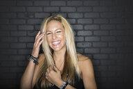 Portrait of laughing blonde woman - HEROF10099