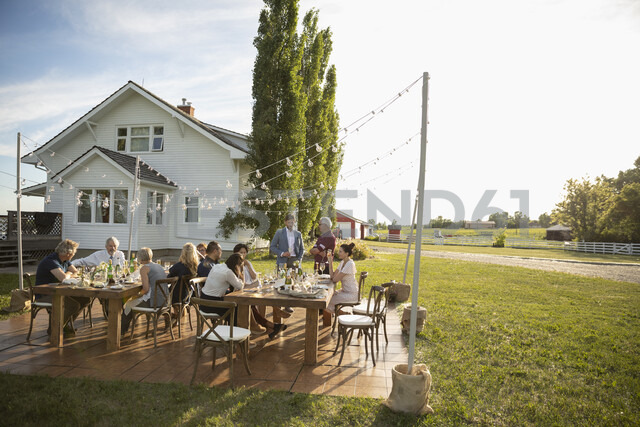 Friends drinking and talking at sunny, rural garden party - HEROF11793 - Hero Images/Westend61