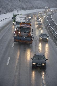 Glatteis auf Autobahn im Berufsverkehr, Rutschpartie, Stra�engl�tte, Gefahr, Wintereinbruch, Dynamik, D�mmerung, schlechte Sicht, Deutschland, Bayern - CRF02828