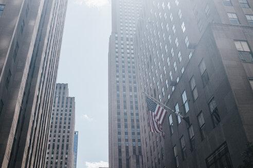 USA, New York City, Manhattan, Flag of the USA on Rockefeller Center - GCF00235