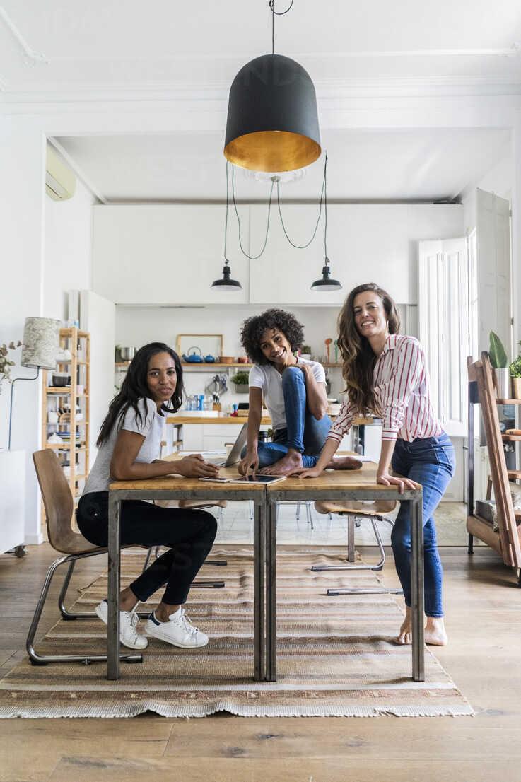 Portrait of three happy women at table at home - GIOF05691 - Giorgio Fochesato/Westend61