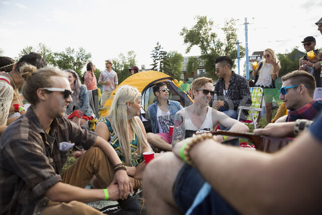 Young friends hanging out at summer music festival campsite - HEROF14068 - Hero Images/Westend61