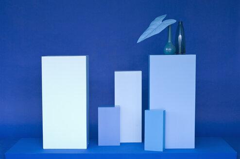 Shades of Blue, verschiedene blaue Quader, blaue Vase mit blauem Blatt, Studio - ASF06291