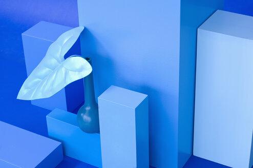 Shades of Blue, verschiedene blaue Quader, blaue Vase mit blauem Blatt, Studio - ASF06294