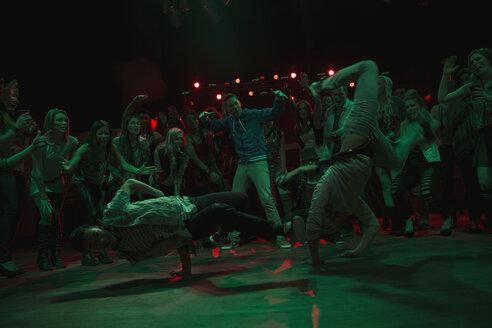 Crowd watching and cheering break dancers - HEROF14925