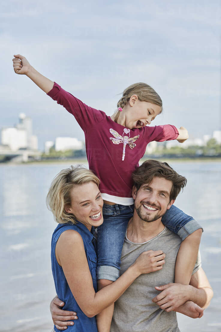 Germany, Duesseldorf, happy family with daughter at Rhine riverbank - RORF01693 - Roger Richter/Westend61