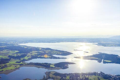 Deutschland, Bayern, Chiemgau, Prien am Chiemsee, Blick auf den Chiemsee bei Sonnenaufgang, Luftaufnahme aus Heißluftballon, Vogelperspektive, Drohnenperspektive - MMAF00795