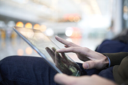 close-up tablet in business location, münchen, bayern, deutschland - PNEF01220
