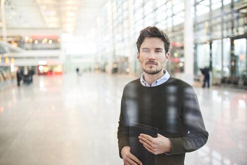 portrait junger business mann hinter scheibe, münchen, bayern, deutschland - PNEF01229