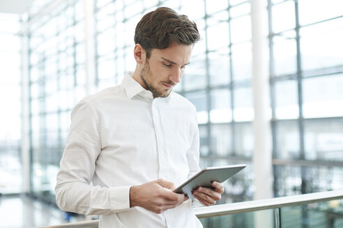 Young businessman using tablet - PNEF01232