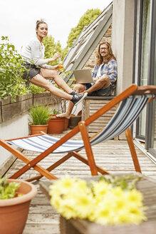 Deutschland, NRW, Frechen, Homestory,Eigenheim, Eigentum, Wohnung, Home, junges Pärchen, Terrasse, Laptop - PESF01105