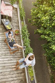 Deutschland, NRW, Frechen, Homestory,Eigenheim, Eigentum, Wohnung, Home, Balkon, junges Pärchen, Entspannen - PESF01189