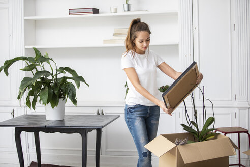 Woman packing cardboard boxes - ERRF00759