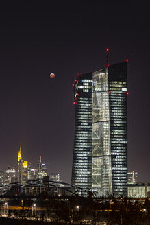 Germany, Hessen, Frankfurt am Main, total lunar eclipse of January 21, 2019 facing ECB tower and city skyline - THGF00079