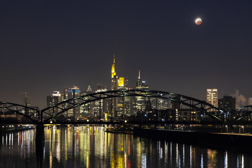 Germany, Frankfurt on Main, view to lighted skyline with Deutschherrn Bridge at total lunar eclipse - THGF00082