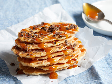 Waffle crisps with dark chocolate and caramel sauce - CUF48635
