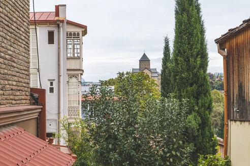 Georgia, Tbilisi, houses in bath district Abanotubani and view to Metekhi Church - KEBF01079