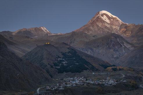 Georgien, Großer Kaukasus, Stepanzminda, Blick auf die Gergetier Dreifaltigkeitskirche und den Berg Kazbegi - KEBF01109
