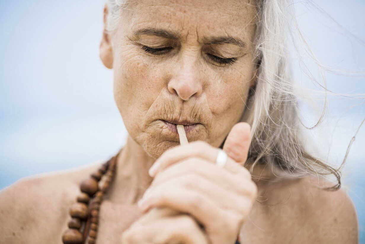 Portrait of senior hippie woman smoking outdoors - SBOF01701 - Steve Brookland/Westend61