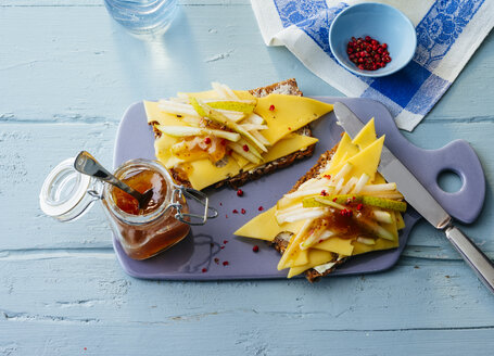Sandwiches with sliced cheese, pear and chutney - PPXF00172