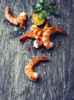 Fried shrimps with chilli pepper, lime and sea salt on slate - PPXF00175