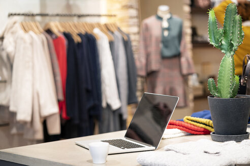 Laptop on counter in a fashion store - PESF01380