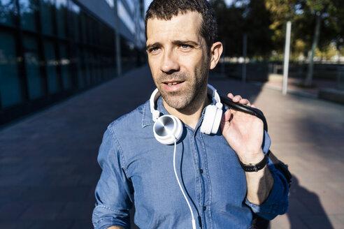 Portrait of man with headphones - GIOF05737