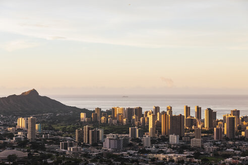 USA, Hawaii, Oahu, Puu Ualakaa State Park, View from Tantalus Lookout to Honolulu and Diamond Head at sunrise - FOF10300