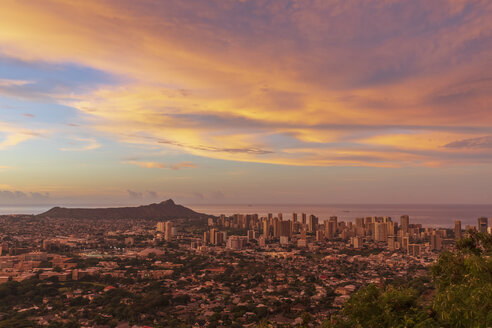 USA, Hawaii, Oahu, Puu Ualakaa State Park, View from Tantalus Lookout to Honolulu and Diamond Head at sunrise - FOF10306