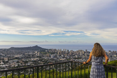 USA, Hawaii, Oahu, Puu Ualakaa State Park, View from Tantalus Lookout to Honolulu and Diamond Head, female tourist looking at view - FOF10309