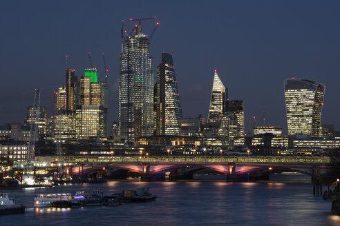 Großbritannien, England, London, City of London, Skyline, Nachtaufnahme - WIF03806