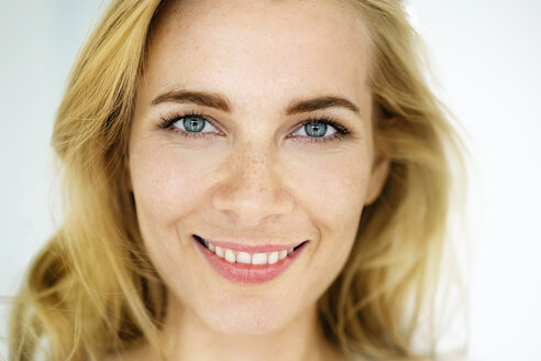 Portrait of a beautiful blond woman - PESF01469