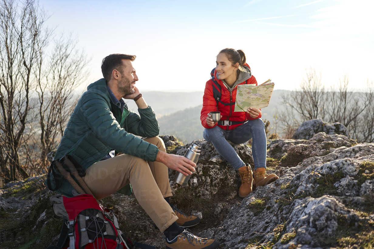 Happy couple on a hiking trip in the mountains having a break - BSZF00939 - Bartek Szewczyk/Westend61