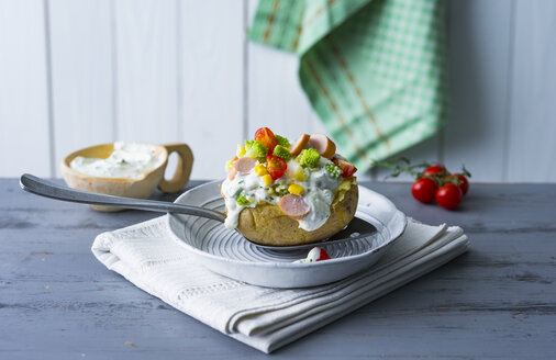 Ofenkartoffel gefüllt mit Quark, Würstchen, Gemüse, Kräuter und Mais - PPXF00186