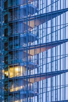 Deutschland, Baden-Württemberg, Stuttgart, modernes Bürogebäude, Büro, beleuchtet, Glas, Business, Arbeitsplatz,  Überstunden - WDF05080