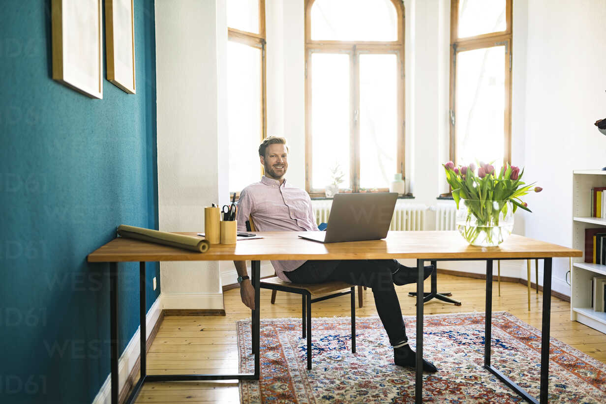 Portrait of happy relaxed casual businessman in home office - SBOF01760 - Steve Brookland/Westend61
