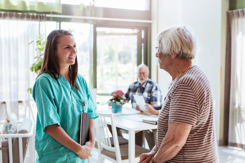 Young nurse talking with senior woman at nursing home - MASF11185