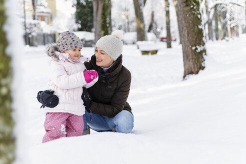 Deutschland, München, W36, Tochter 2 Jahre, Winter, Schnee, Natur - DIGF05869
