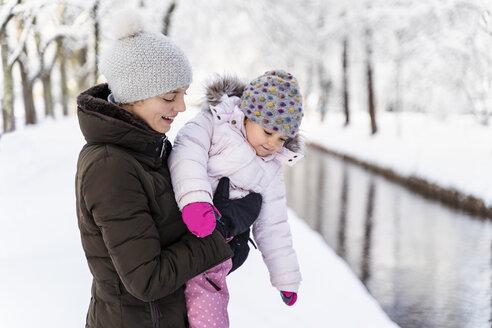 Deutschland, München, W36, Tochter 2 Jahre, Winter, Schnee, Natur - DIGF05872