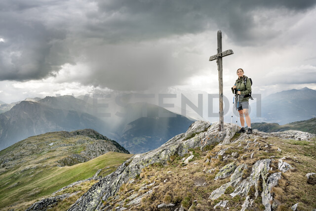 Switzerland, Valais, woman on a hiking trip in the mountains at Foggenhorn summit - DMOF00135 - Dirk Moll/Westend61