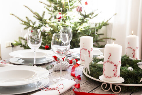 Laid table with Advent wreath and Christmas decoration - LVF07805