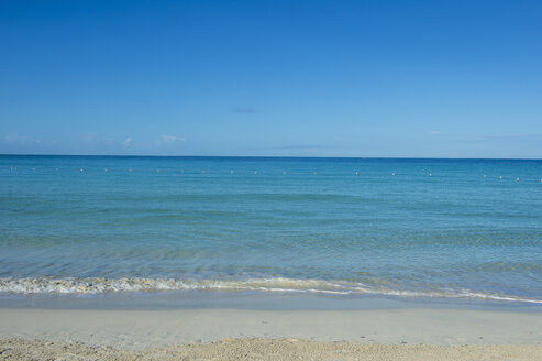 Jamaica, Montego bay, Turquoise water on a sandy beach - RUNF01307