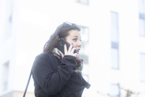 Surprised young woman on the phone - SGF02231