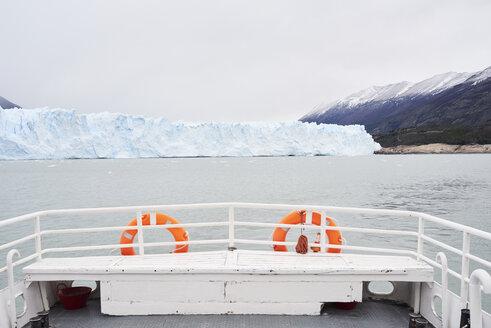 Argentina, Patagonia, Rear view of boat at Perito Moreno Glacier - IGGF00776