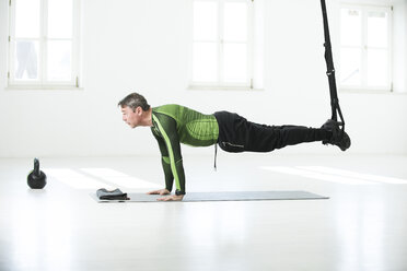 Man doing his fitness regime, doing suspension training - MAEF12810