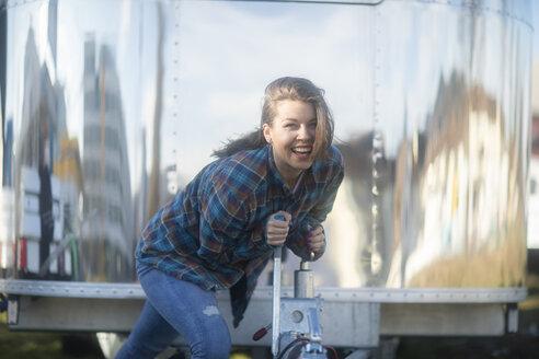 Junge Frau vor Foodtruck mit kariertem Hemd - SGF02240